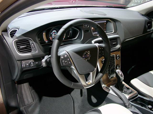 Volvo V40: lo stile cross country è meglio