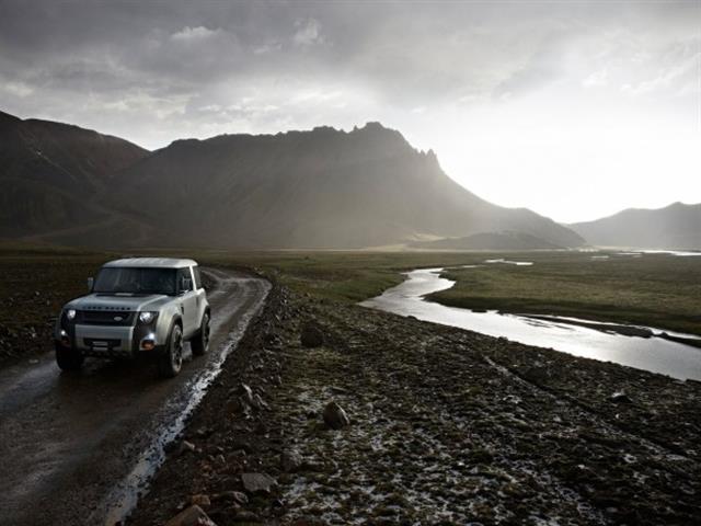 Land Rover Defender DC 100 costretta allo stop